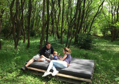 Samen genieten op het buitenbed, midden in het bos - vakantiehuis Drenthe
